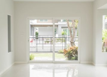 empty-door-living-room-interior-background_1339-4844